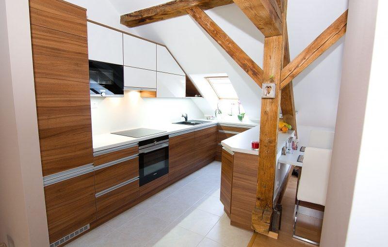 Kouzlo podkroví ve Vaší kuchyni. Jak zařídit praktickou a krásnou kuchyň pod šikminami?